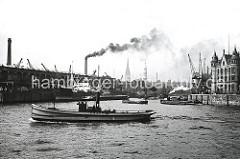 Blick in den Magdeburger Hafen - ein Frachtschiff liegt am Fruchtschuppen C und wird entladen, der Schornstein hinter dem Schuppendach gehört zum Gaswerk am Grossen Grasbrook.  ( ca. 1934 )