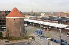 Blick über den Barmbeker Bahnhof und den Bushaltestelle - lks. der Luftschutzbunker / Zombeck-Bunker am Wiesendamm.