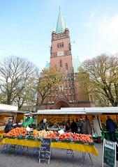 St. Johanniskirche in Hamburg Rotherbaum / Mittelweg, Turmweg - erbaut 1882; neugotischer Baustil - Architekt Wilhelm Hauers. Gemüsesstand / Biogemüse auf dem Wochenmarkt am Turmweg.