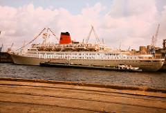 Das Kreuzfahrtschiff Vistafjord im Kaiser-Wilhelm-Hafen vor Schuppen 73 im Hamburger Hafen. ( 1988 )