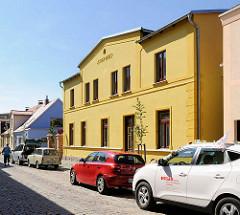 Parkende Autos, Kopfsteinpflaster - Wohnhaus / Stadthaus, Mühlenstrasse in Malchow.