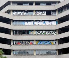 Abriss des BP-Gebäudes in der City Nord in Hamburg Winterhude; mit Grafitti versehene Scheiben des ehem. Verwaltungsgebäudes.
