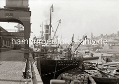 Ein Frachter aus Rotterdam liegt am Kaiserkai; der Sandtorhafen wurde 1866 als erstes künstliches Hamburger Hafenbecken gebaut, in dem die Frachtschiffe über die Kaianlage abgefertigt wurden. (ca. 1934)