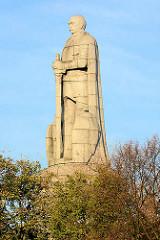 Bismarck Denkmal / Standbild des ersten deutschen Reichskanzlers, Otto von Bismarck im alten Elbpark. Skulptur Bismarcks misst 14,8 Meter (mit Sockel ca. 35 Meter Höhe). Einweihung 1906; Entwurf Architekt Johann Emil Schaudt und dem Bildhauer Hugo Le