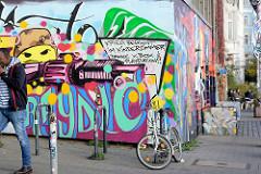 Grafitti an einer Hauswand in der Hafenstrasse auf Hamburg St. Pauli - Schriftzug: Krieg beginnt im Kinderzimmer.