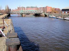 Blick über den Magdeburger Hafen - Hafenbecken im Hamburger Hafen / Hafencity; Blick zur Baakenbrücke - im Hintergrund Bürogebäude, Speicher sowie der Kaispeicher B. ( 2002 )