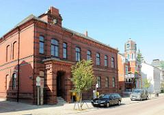 Backsteinarchitektur, Ziegelgebäude in der Bahnhofsstrasse von Malchow / Postgebäude.