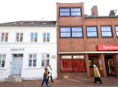Alt + Neu, das 1820 erbaute Gebäude vom Lienau Stift + moderner Neubau / Euroshop in der Kremper Strasse in Neustadt / Holstein.