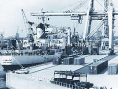 Frachtschiff Itanagé unter einem Containerkran am Burchardkai im Hamburger Hafen - parkende Van Carrier, abgestellte Container auf dem Kai. ( ca. 1976 )