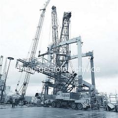 Aufbau eines Containerkrans am HHLA Containerterminal Burchardkai im Hamburger Hafen ( 1968 )