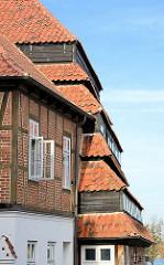 Historische Architektur in Neustadt / Ostholstein; Fachwerkgebäude - Dach des 1830 erbauten Pagodenspeichers.