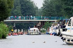 Diemitzer Schleuse im Müritz-Havel-Kanal - Sportboote warten auf die Einfahrt; Kanus und ein Sportboot haben die Schleusenkammer verlassen.