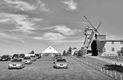 Windmühle / Stadtwindmühle von Malchow; ca. 130 Jahre alt; parkende Autos - Schwarz-Weiss-Aufnahme.
