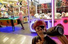 Dom / Jahrmarkt auf dem Hamburger Heiligengeistfeld - Spielsalon, Spielautomaten.