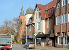 Modernisierte historische Architektur, Wohn- und Geschäftshaus, Kieler Strasse / Quickborn - Neubau und Kirchturm der Marienkirche.