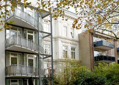 Alt und Neu - mehrstöckige Wohnhäuser, moderne Etagenhäuser mit Balkons - in der Mitte Wohnhaus der Gründerzeitarchitektur / Historismus - Bilder aus dem Hamburger Stadtteil Rotherbaum / Pöseldorf.