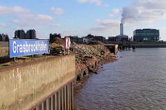 Altes blaues Schild mit weisser Schrift GRASBROOKHAFEN am Dalmannkai im Hamburger Hafen.