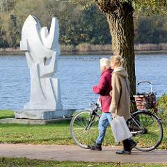 Kunst im Öffentlichen Raum - Neustädter Kunstkilometer am Binnensee, Promenade -  Segel und Möwen – Pierre Schumann, Marmorskulptur.