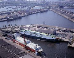 Luftaufnahme im Hamburger Hafen - zwei RoRo-Frachter im Kaiser-Wilhelm-Hafen, dahinter der Oderhafen und der Travehafen. ( ca. 1996 )