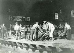Kaischuppen am Sandtorkai - Lagerarbeiter mit Stechkarre, Sackkarre tranportieren Kisten auf der Rampe - Inschrift Hebestelle, Kassenplatz für Kaigebühren. ( ca. 1905 )