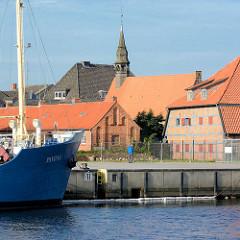 Blick über den Hafen von Neustadt / Holstein zur Hospitalkirche, erbaut 1408.
