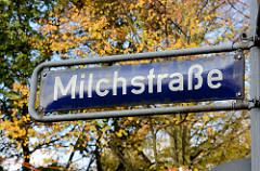 Herbstlicher Baum - Strassenschild Milchstrasse in Pöseldorf, Stadtteil Hamburg Rotherbaum.