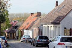 Einelhäuser - schmale Strasse mit parkenden Autos; Haakengraben in Neustadt, Holstein.
