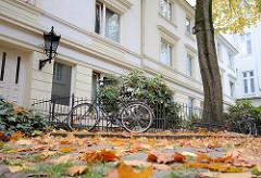 Kleine Seitenstrasse in Hamburg Rotherbaum / Pöseldorf - Pflastersteine mit Herbstlaub bedeckt- Fahrräder am Zaun.