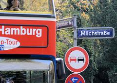 Bus der Stadtrundfahrt an der Alster in Hamburg Rotherbaum / Milchstrasse in Pöseldorf.