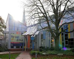 Gebäude Staatliche Jugendmusikschule in Hamburg Pöseldorf / Rotherbaum - im Hintergrund der Kirchturm der St. Johanniskirche am Turmweg.