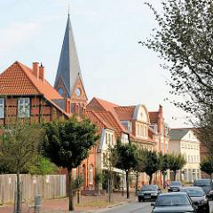 Kirchturm der Stadtkirche von Hagenow - Wohnhäuser, Geschäftshäuser an der Lange Strasse.