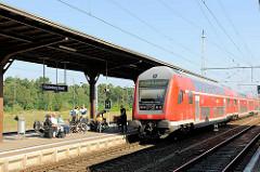 Bahnhof in Fürstenberg, Havel; Bahnsteig mit einfahrendem Zug Richtung Stralsund.