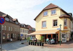 Wohnhäuser und Restaurant mit Aussengastronomie, Wasserstrasse in Hagenow.