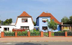 Einfamilienhäuser in der Bahnhofstrasse von Hagenow; weisse und blaue Hausfassade.