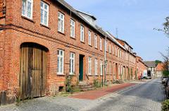 Einstöckige Wohnhäuser in Ziegelbauweise - Toreinfahrt mit Holztor; Augustenstrasse / Hagenow.