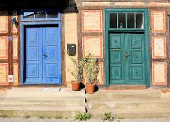 Farbig abgesetzte Holztüren, Holzkassetten - historisches Fachwerkgebäude, Wohnhaus in der Krummestrasse von Fürstenberg, Havel.