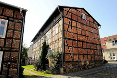 Historisches Fachwerkgebäude, mehrstöckiges Wohnhaus in der Wallstrasse von Fürstenberg / Havel.