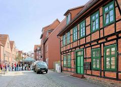 Fachwerkgebäude und gepflasterte Strasse; Bilder aus Hagenow / Grubenstrasse.