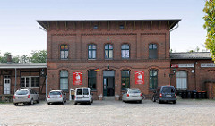 Bahnhof Hagenow Stadt - Empfangsgebäude errichtet 1894; jetzt Restaurant in dem Ziegelgebäude.