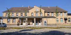 Bahnhofsgebäude der Stadt Fürstenberg (Havel) - Eingang / Bahnhofsvorplatz.