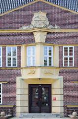 Eingang ehem. Landratsamt Hagenow - expressionistische Stilelemente / Bauschmuck; Architekt Erwin Bentrup.