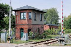Schrankenwärterhaus, Stellwerk - Bahnübergang Friedrich Heincke Strasse in Hagenow; Bahnschranken.
