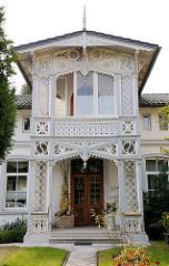 Holzschnitzerei - geschnitzte Holzdekore, Verzierungen am Eingang, Fassade eines Wohnhauses in Hagenow, Bahnhofstrasse.