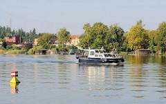 Motorboot in Fahrt auf dem Baalensee / Fürstenberg Havel.