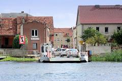 Autofähre über die Havel in Pritzerbe; die Fähre hat angelegt, die Autos fahren von dem Fährschiff.