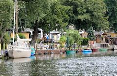 Ferienhäuser / Wochenendhäuser an der Rathenower Havel - Segelboote und Ruderboote am Bootssteg.