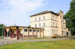 Ehem. Postgebäude am Bahnhofsplatz von Hagenow; einfach errichteter klassizistischer Zweckbau.