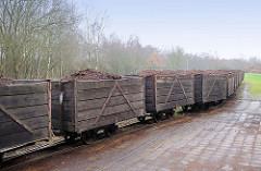 Mit Torf gefüllte Loren der Torfbahn im Quickborner Himmelmoor.