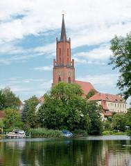 Blick von der Rathenower Havel auf die Sankt Marien Adreas Kirche auf dem Kirchberg in Rathenow. Ursprünglich im 13. Jahrhundert errichtet, im 15. + 16 Jhd. zu einer dreischiffigen spätgotischen Hallenkirche umgebaut - im Krieg zerstört und endgültig