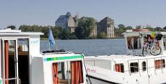 Hausboote am Ufer des Röblinsees in Fürstenberg (Havel) - Fabrikruine am Seeufer.